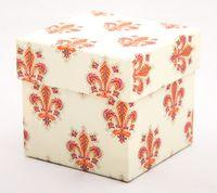 """Подарочная коробка """"Lilies"""" (7,5х7,5х7,5 см; розовые элементы)"""